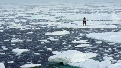 Una adolescente protesta en el Ártico, donde se ha acelerado el deshielo (Reuters)