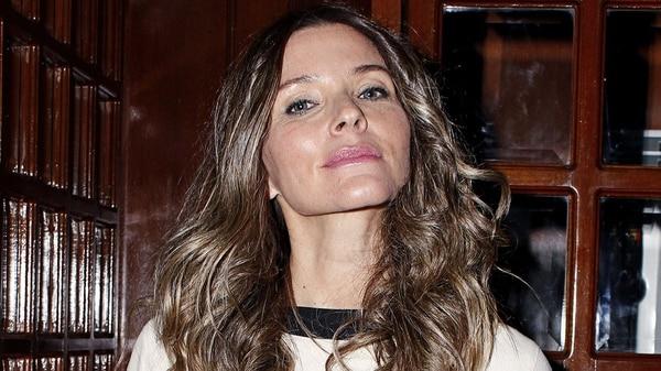 Isabella Camil, una de las novias del cantante personificadas en la serie