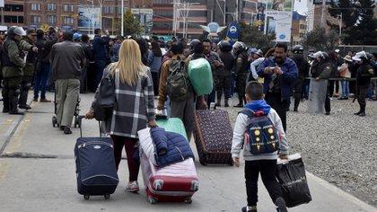 Algunas de las personas que no pudieron acceder al Aeropuerto de El Alto este martes por los bloqueos (AFP)