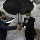 Una pareja palestina decidió el viernes desafiar al nuevo coronavirus y seguir adelante con sus planes de boda, que tuvo lugar con un selecto grupo de invitados.