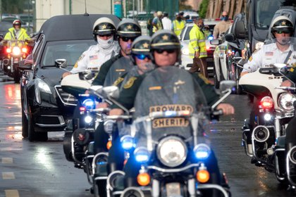 En la imagen, la procesión fúnebre de la agente del FBI, Laura Schwartzenberger, sale del Hard Rock Stadium en Miami, Florida, Estados Unidos, el 6 de febrero de 2021. EFE/EPA/CRISTOBAL HERRERA-ULASHKEVICH
