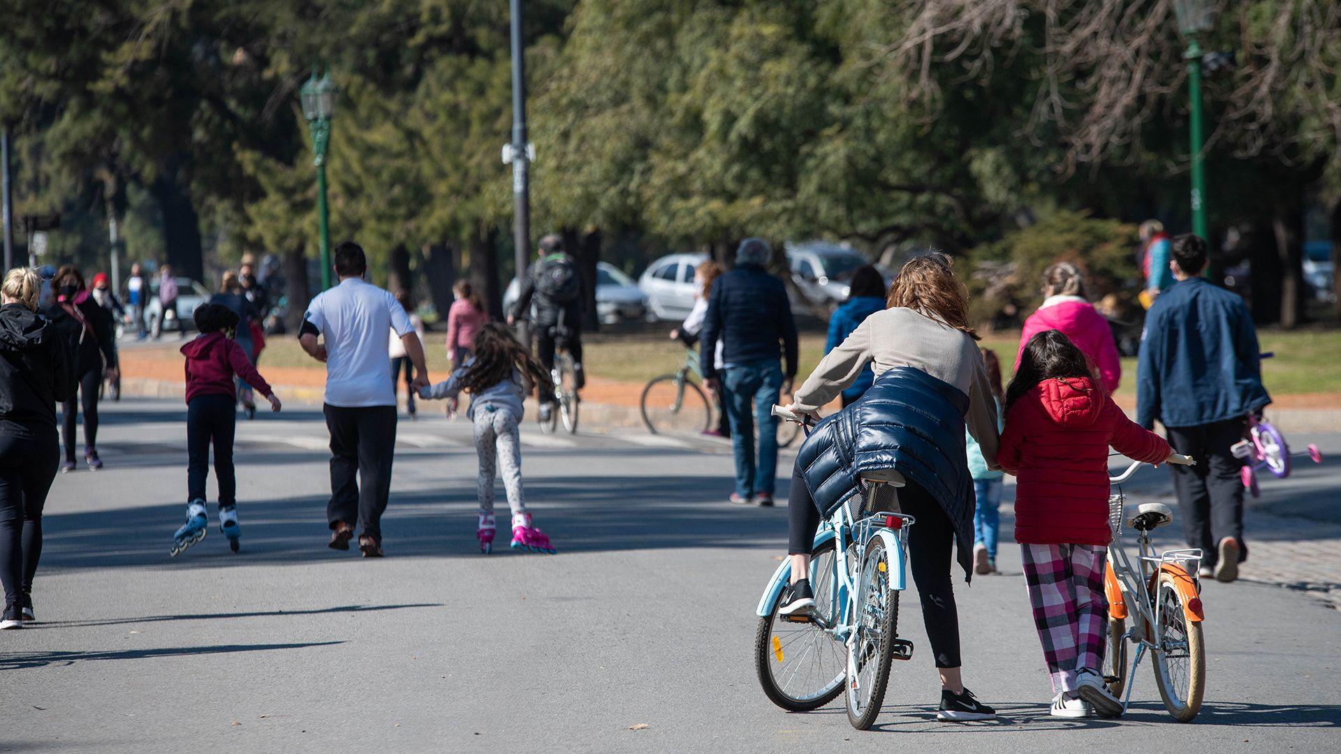 Dia del Niño - Cuarentena Obligatoria - COVID-19 - Coronavirus - Salidas recreativas - Gente paseando - Buenos Aires, Argentina