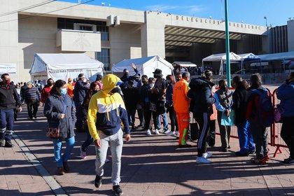 Largas filas para realizar la prueba covid (Foto: José Pazos/EFE)