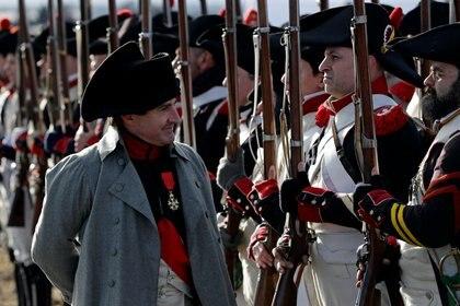 El actor estadounidense Mark Schneider, con el conocido atuendo napoleónico, pasa revista a los soldados durante la reconstrucción de la batalla de Austerlitz, en República Checa, en noviembre de 2019. (Foto archivo: REUTERS/David W Cerny)