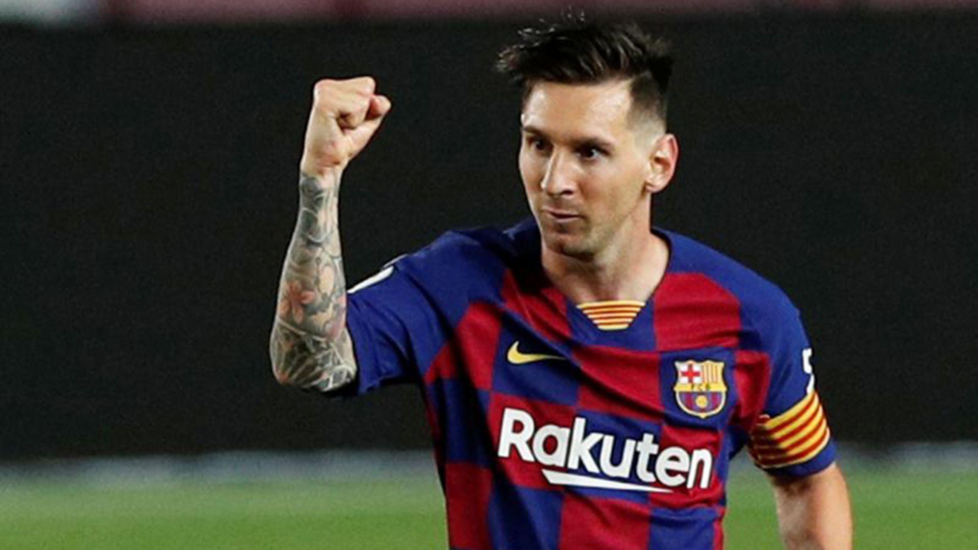 Lionel Messi celebra tras marcar un gol en el empate 2-2 entre el FC Barcelona y el Atético de Madrid por la Liga Española de fútbol y que significó su tanto 700 a nivel profesional, en el estadio Camp Nou, Barcelona, España