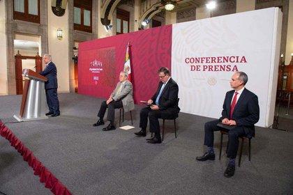 """El presidente dijo que """"no se podía hablar de rebrote"""" de COVID-19 frente a Jorge Alcocer, secretario de Salud, y Hugo López-Gatell, subsecretario de Prevención y Promoción de Salud (Foto: Presidencia)"""