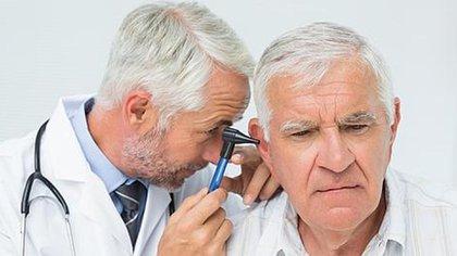 A partir de los 60 años es importante hacer una revisión auditiva anual (iStock)