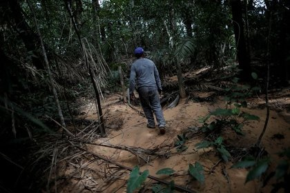 IMAGEN DE ARCHIVO. El agricultor Valdineiz Pereira camina sobre la arena que ha invadido el agua de manantial dentro del área de Cerrado en una granja cerca de Barra do Ouro, Brasil, 17 de febrero de 2018. REUTERS/Ueslei Marcelino