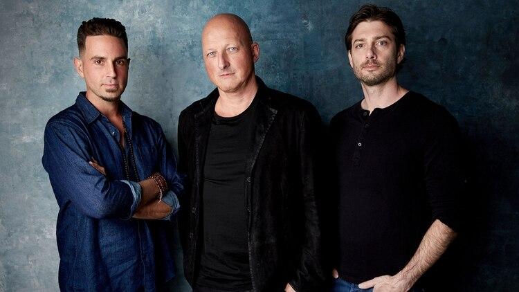 Wade Robson y James Safechuck, junto con el director del documental. (AP)