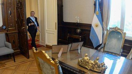 Alberto Fernández, con la banda y el bastón presidencial, se dirige por primera vez a sentarse en el sillón de Rivadavia