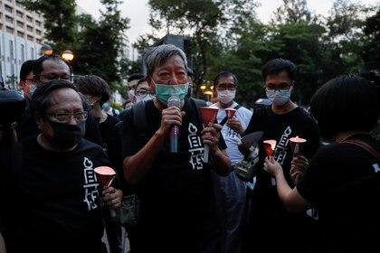 Lee Cheuk-yan, presidente de la Alianza de Hong Kong en apoyo de los movimientos democráticos patrióticos en China, participa en una vigilia con velas para conmemorar el 31 aniversario de la represión de las protestas en la Plaza Tiananmen de Beijing en 1989. Fue uno de los censurados por Zoom (Reuters)