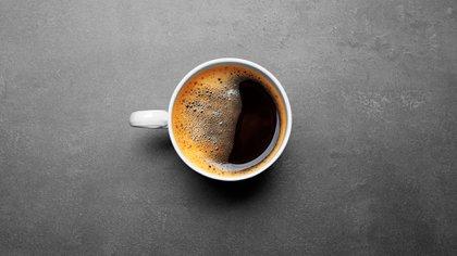 El café puede ser parte de un patrón dietético saludable si se consume solo, sin azúcar agregada y productos lácteos ricos en grasas como la crema (Shutterstock)