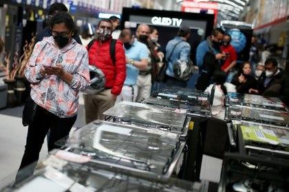 Compradores utilizando mascarilla hacen fila en un supermercado durante un día sin impuesto a las ventas, una medida para reactivar la economía en medio del brote de coronavirus, en Bogotá,