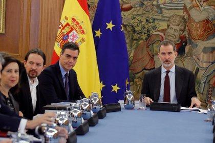 El vicepresidente segundo y ministro de Derechos Sociales y Agenda 2030, Pablo Iglesias, el presidente del Gobierno, Pedro Sánchez, y el Rey Felipe VI, durante una reunión del Consejo de Seguridad Nacional en el Palacio de la Zarzuela