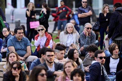 Anne Carson participó de la edición 2018 del Festival interancional de Literartura de Buenos Aires (FILBA). Aquí escucha a la mexicana Julieta Venegas en una parque público