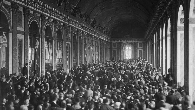 El momento de la firma del Tratado de Paz que puso fin a la Primera Guerra Mundial, en la Galería de los Espejos en el palacio de Versalles