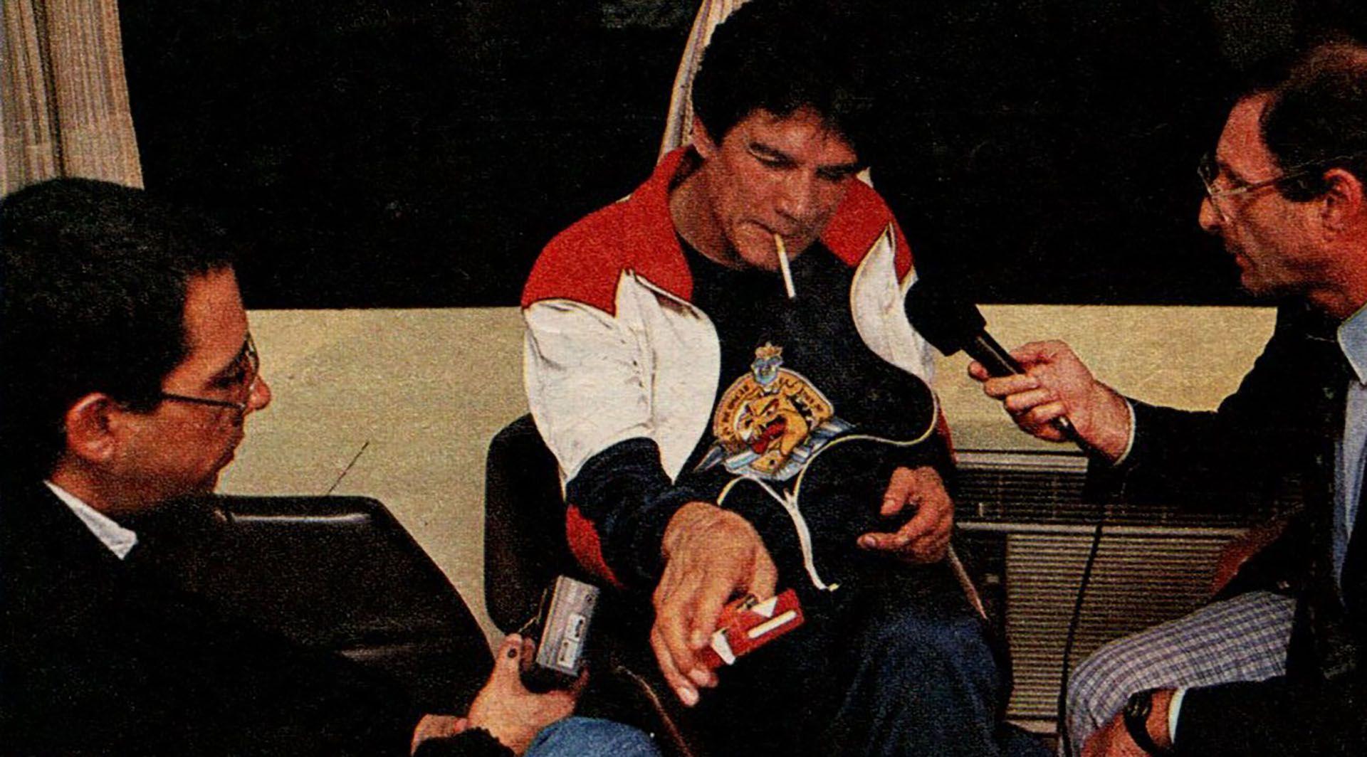 Carlos Monzón enciende un cigarrillo y responde a Carlos Irusta y Cherquis Bialo, enviados de la revista El Gráfico a Batán para realizar la primera entrevista tras las rejas.
