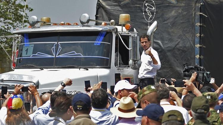 El presidente interino Juan Guaidí en el estribo de uno de los camiones cargados de ayuda humanitaria (Photo by Guillermo Munoz / AFP)