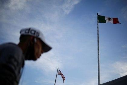 Las banderas de Estados Unidos y México ondean en el puente que separa a El Paso de Ciudad Juárez en la zona fronteriza. Julio, 2020. REUTERS/Jose Luis Gonzalez