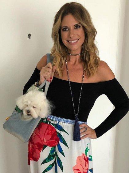 """""""Madre de dos hijas caninas"""", dice la biografía de Rampolla en su cuenta de Twitter. Aquí, junto a una de sus mascotas"""