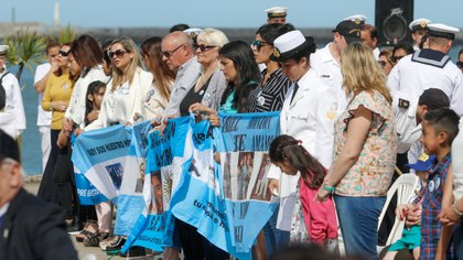 Familiares de algunos de los tripulantes del submarino, durante uno de los homenajes a los desaparecidos tras el hundimiento. (Christian Heit)
