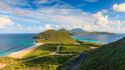 La nación de islas gemelas de St. Kitts y Nevis rebosa de encanto. Pero primero: St. Kitts. La mayor de las dos islas es conocida por sus campos de caña de azúcar y las fortalezas de Brimstone Hill bien conservadas, a las que se accede mejor en el tren al aire libre que recorre la costa sur de la isla