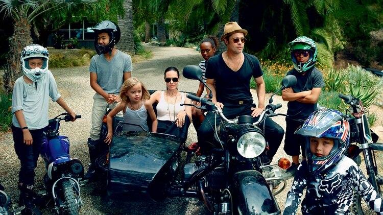 Angelina Jolie junto a Brad Pitt y sus seis hijos