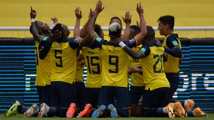 Ecuador's players celebrates after scoring against Colombia during their closed-door 2022 FIFA World Cup South American qualifier football match at the Rodrigo Paz Delgado Stadium in Quito on November 17, 2020. (Photo by RODRIGO BUENDIA / POOL / AFP)
