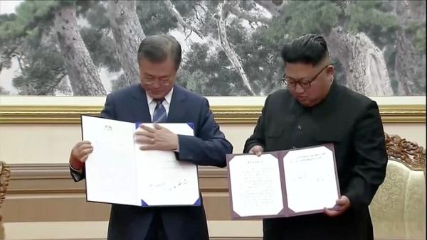 El presidente surcoreano Moon Jae-in y el líder norcoreano Kim Jong Un exhiben documentos firmados durante la cumbre intercoreana en Paekhwawon, en Pyongyang (Reuters