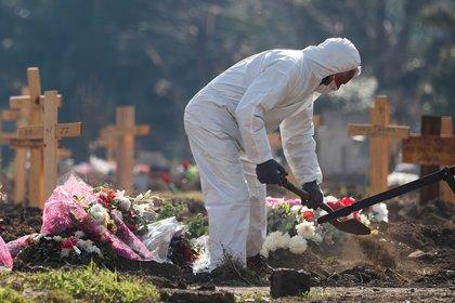En el cementerio de Flores se están ampliando las tumbas por la pandemia. REUTERS/Agustin Marcarian
