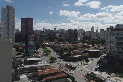 Vista aérea de la avenida Faria Lima, en el centro financiero de Sao Paulo, en el primer día de cierre debido al brote de la enfermedad por coronavirus (COVID-19), en Brasil. 24 de marzo de 2020. REUTERS/Leonardo Benassatto