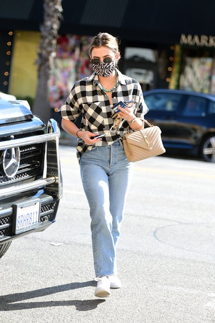 Lucy Hale fue fotografiada cuando se subía a su camioneta en Los Ángeles. La actriz lució un jean, zapatillas blancas, camisa leñadora y un tapabocas estampado en animal print