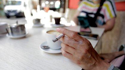 ¿El fumador con COVID-19 puede contagiar a otras personas, incluso al aire libre? Qué opinan los expertos