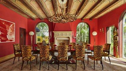 Una imponente y majestuosa mesa habitan en el comedor principal, del estilo Art Decó, están cubiertas con terciopelo de animal print. La alfombra personalizada es de Designer Rugs y la obra de arte es de Roy Bazas (Photos by Benjamin Lozovsky and David Prutting for BFA)