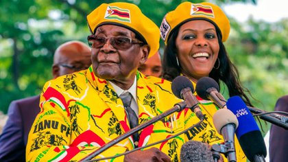 Robert Mugabe junto a su esposa, Grace. (Getty)