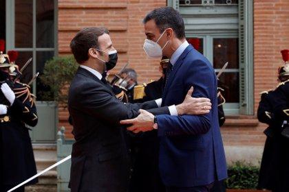 El presidente francés, Emmanuel Macron, recibe al presidente español, Pedro Sánchez, en la Prefectura de Tarn-et-Garonne, en la localidad francesa de Montauban (EFE)