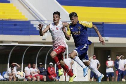 Walter Bou en acción: el delantero disputó el primer amistoso ante Argentinos Juniors