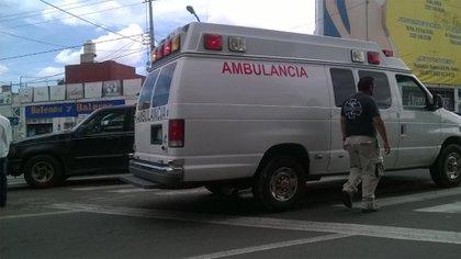 """En la Ciudad de México vehículos """"destartalados y mal equipados"""" recorren las calles escuchando, a través de un radio, las frecuencias de despachadores de servicios médicos e intentan arribar a los lugares de los hechos y emergencias antes que las ambulancias """"legítimas"""" (Foto: Twitter @enriquekastro)"""