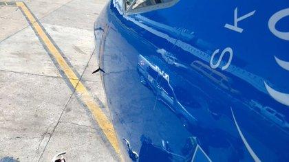Así quedóel avión de Aerolíneas Argentinas que colisionó con un drone (@vickyulf)