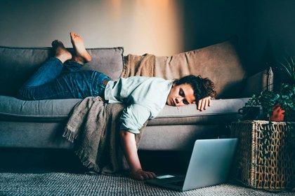 La fatiga o cansancio extremo es un síntoma presente en asintomáticos que padecieron la afección sin saberlo (Shutterstock)