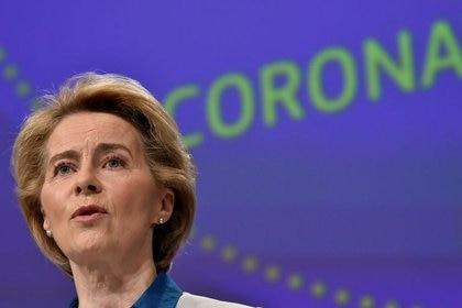 FOTO DE ARCHIVO: La presidenta de la Comisión Europea, Ursula von der Leyen, celebra una rueda de prensa sobre la respuesta de la Unión Europea a la crisis del coronavirus en la sede de la UE en Bruselas, el 15 de abril de 2020.  John Thys/Pool vía REUTERS