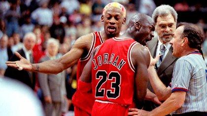 Jordan, el as de aspadas de Jackson. A su lado, Dennis Rodman, el hombre que Phil supo domar (Reuters)