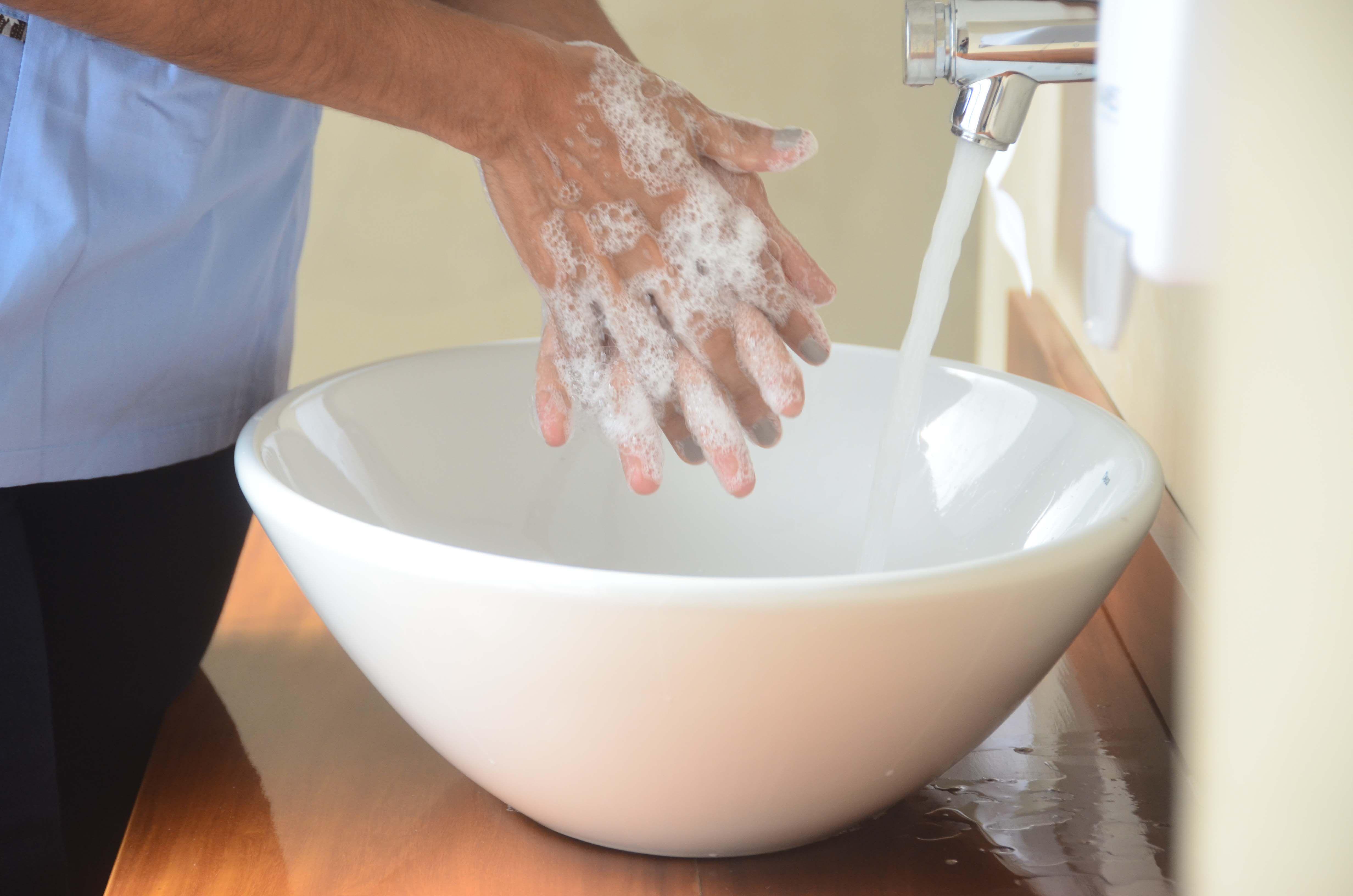 Las medidas que adoptamos para la prevención del COVID-19 también impiden la transmisión de los virus que causan resfrío: estornudar y toser en el pliegue del codo y el lavado de manos frecuente son muy importantes (Matías Arbotto)