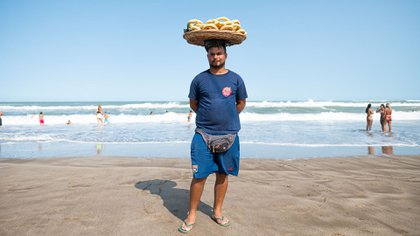 Diego domina el canasto de mimbre en su cabeza: su sueño es expandir el negocio