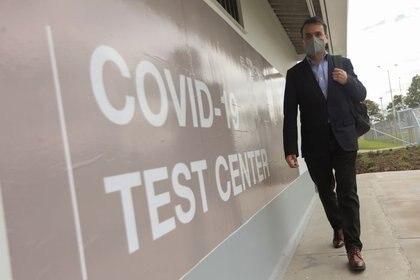 Foto de archivo. Un hombre con mascarilla camina cerca de la entrada del laboratorio Synlab, donde se procesan las pruebas para el coronavirus (COVID-19) en el aeropuerto El Dorado de Bogotá, Colombia, 23 de septiembre, 2020. REUTERS/Luisa González