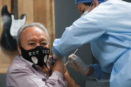 IMAGEN DE REFERENCIA: Adulto mayor en Bogotá recibió vacuna contra COVID-19 en el Movistar Arena REUTERS/Luisa Gonzalez