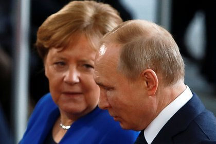 La canciller alemana Angela Merkel junto al presidente ruso Vladimir Putin (REUTERS/Michele Tantussi/archivo)