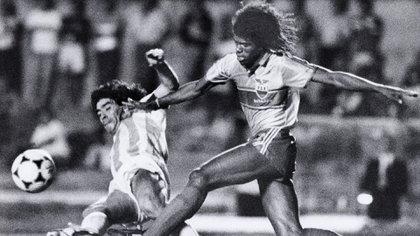 "Maradona disputa el balón con Hólger Quiñonez, de Ecuador: ""Para él, cantar el himno era ponerse la bandera encima"" (Foto: Reuters)"