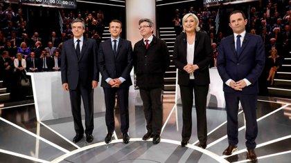 Francois Fillon, Emmanuel Macron, Jean-Luc Melenchon, Marine Le Pen y Benoit Hamon en el debate por TV previo a las elecciones presidenciales (Reuters)