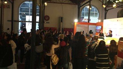 Un público desbordante mira la entrevista de Patricio Zunini a Mercedes Ron